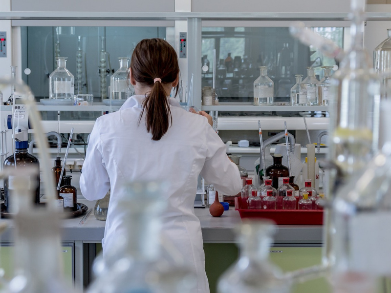 travailleur isolé laboratoire
